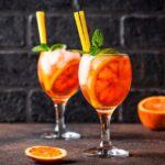 Orange coctail med Aperol, vin, dansk og appelsin