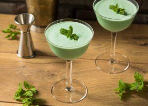 Lækker Grasshopper cocktail med grøn farve.