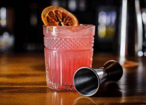 Opskrift på rabarber Gin Fizz med en lækker pink farve