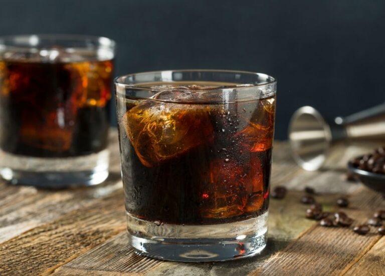 Opskrift på lækker Black Russian cocktail med vodka og kaffelikør